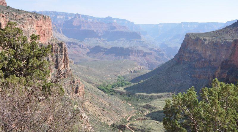 Sti og vandrerute til bunden af Grand Canyon